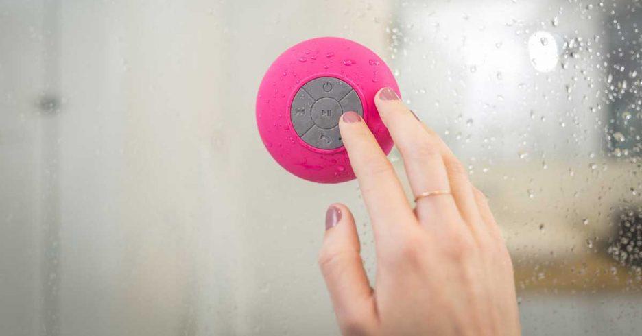 Altavoz portátil para la ducha que se pega con una ventosa