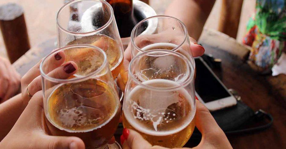 Brindis con cañas de cerveza
