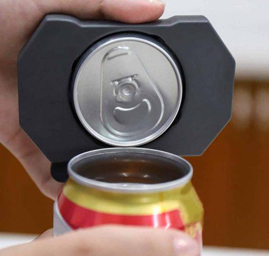 Abridor que se ajusta y gira para abrir la parte superior de la lata.