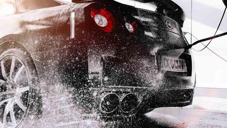 Lavar el coche con agua a presión consume la mitad que un túnel de lavado