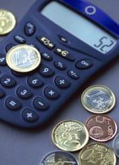 Monedas de euro y calculadora.