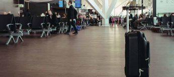 Denuncia a varias aerolíneas por incluir seguros en las tarifas sin aclarar que son opcionales