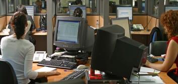 Jóvenes trabajan en un callcenter.