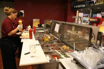 Los jóvenes tienen trabajos de verano en restaurantes.