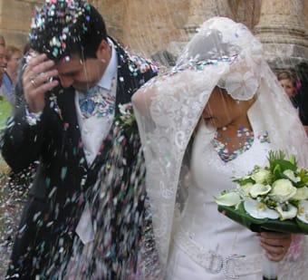 Unos novios a la salida de su boda.