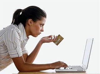 Una internauta realiza una compra online un lunes por la tarde.