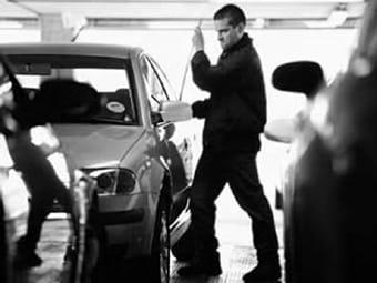 Ladron robando un coche
