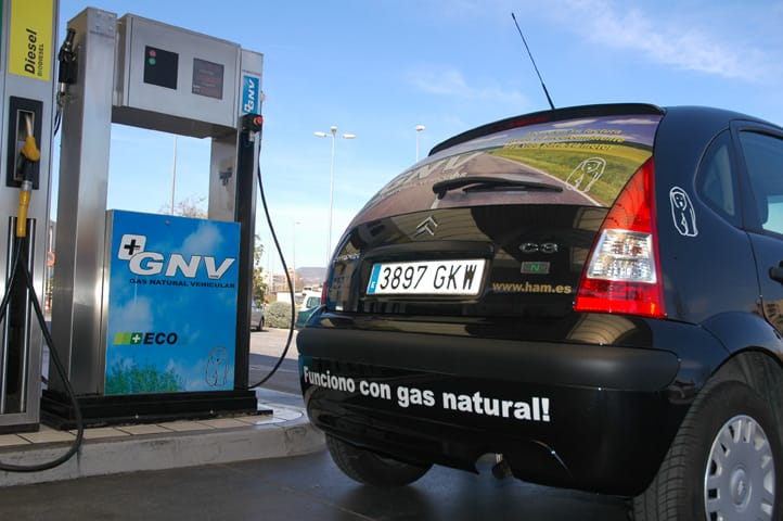 Un coche reposta gas natural