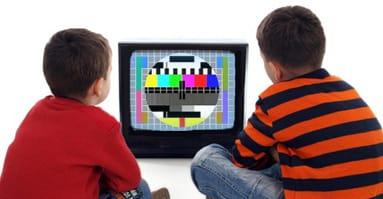 Unos niños ven la televisión.