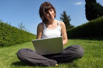 Chica navega por Internet a través de una red wifi.