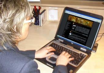 Un profesional en su puesto de trabajo maneja un ordenador.