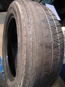 Neumático desgastado.