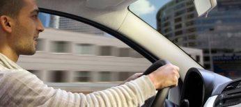 Un conductor al volante de su coche.
