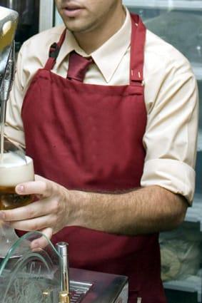 Tirar una cerveza en un bar