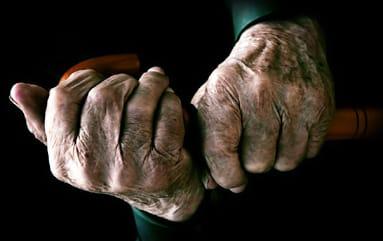 Manos de un anciano, huella del envejecimiento al llegar a la edad adulta.