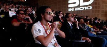 Espectadores asisten a una película 3D en una sala de cine.