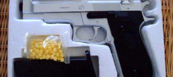 Las pistolas de imitación que disparan bolas de plástico hacen el agosto en Navidad