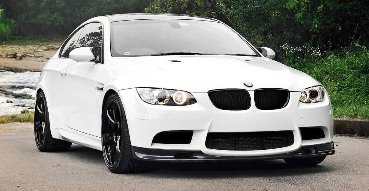 Logo BMW en un coche