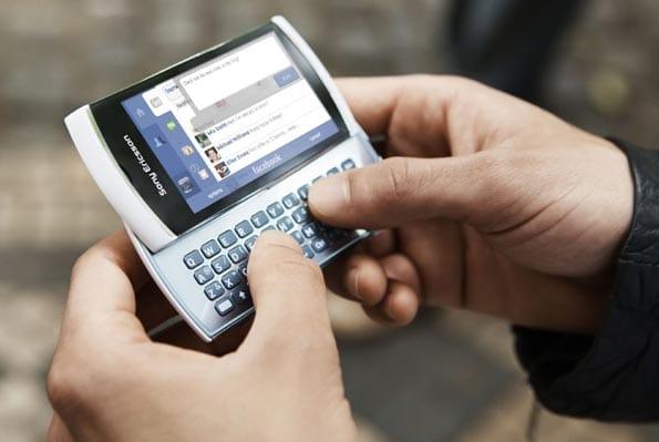 Comunicarse por las redes sociales ahorra las llamadas de teléfono innecesarias.