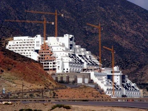 El hotel Algarrobico, en Carboneras Almería, claro ejemplo de exceso urbanística en primera línea de playa junto a la costa mediterránea.