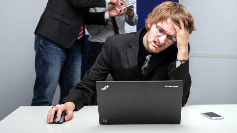 ¿Qué causa la insatisfacción en el trabajo?