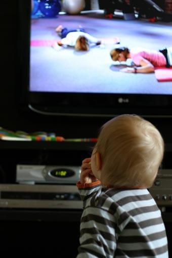 Niño delante del televisor