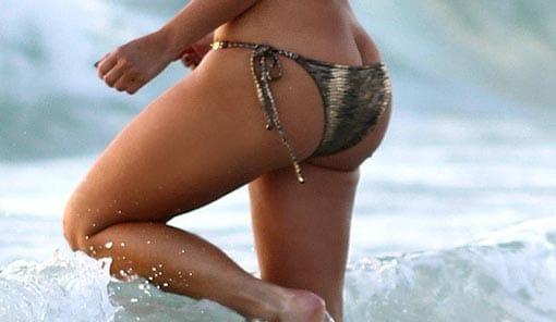 Una mujer se baña en la playa.
