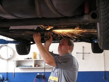 Reparación de un coche en un taller.