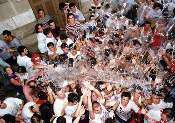 Fiesta de la Chúndara, desfile de peñas con mucha agua
