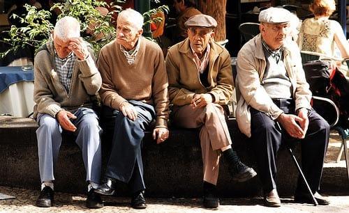 Ancianos sentados en un banco.