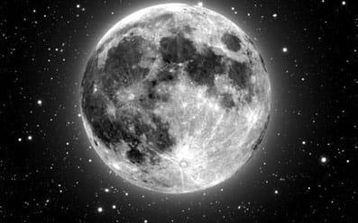 La Luna rodeada de estrellas