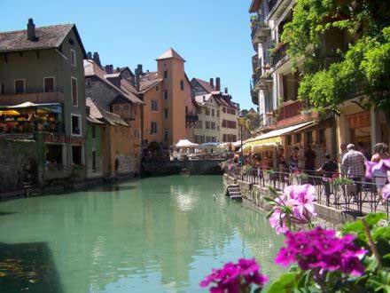 Annecy está entre Suiza e Italia.