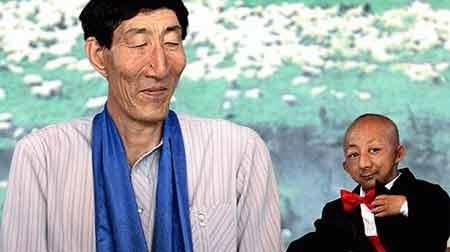 El hombre adulto vivo más alto del mundo (240 cm) junto al hombre adulto vivo más bajo del mundo (74 cm).