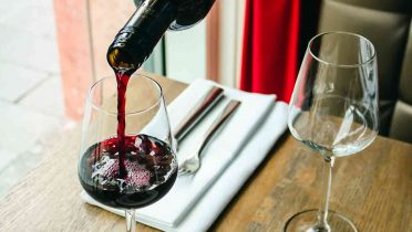 Se bebe menos alcohol, aunque aumenta el consumo en los hogares