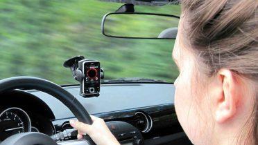 Manos libres para el coche que reproduce llamadas, las instrucciones del navegador GPS y la música del móvil