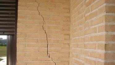 GGrietas en una pared provocadas por un terremoto