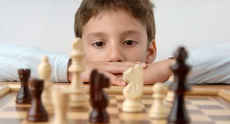 Niño juega al ajedrez