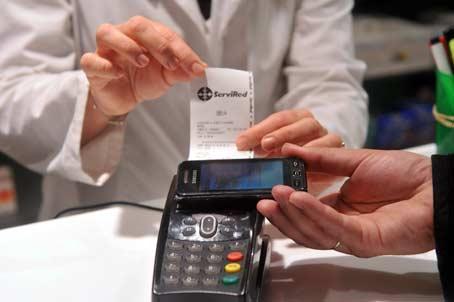 La tecnología NFC permite pagar una compra con el teléfono móvil.