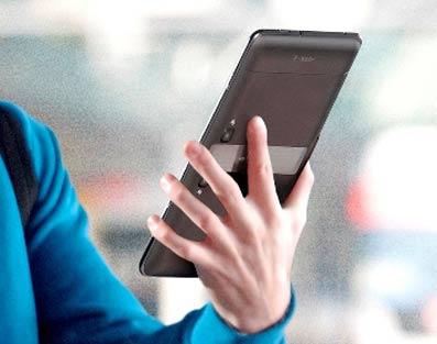 Un usuario visita un concesionario de coches con una tableta.