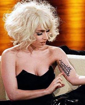 Lady Gaga muestra el tatuaje de su antebrazo.