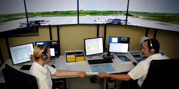 Controladores aéreos en su puesto de trabajo en una torre de control.