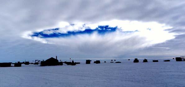 Nube congelada por el paso de un avión.