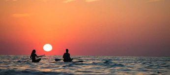 Descubre qué es el paddle surf, el deporte de moda en las playas de Tarifa