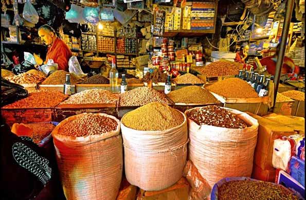 Zoco o mercado árabe con vendedor de especias.