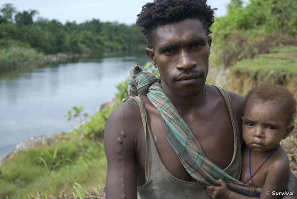 Hombre y niño korowais, Papúa. Los indígenas de Nueva Guinea fueron unos de los primeros agricultores del mundo.