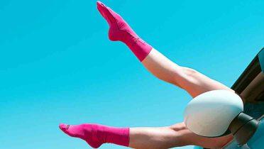 Sandalias con calcetines, chalecos de rejilla o zapatos tipo 'crocs' de colores es lo más hortera del verano