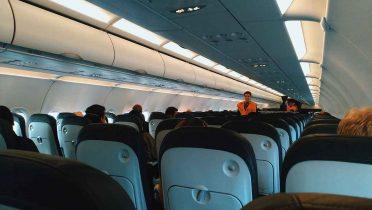 Diez famosos que la han liado parda a bordo de un avión