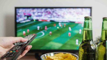 Piden que los partidos de fútbol retransmitidos por televisión se jueguen más temprano