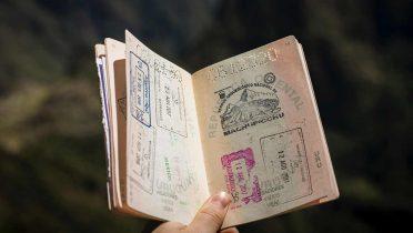 Consulta Legal: ¿Qué me pasaría si compro un DNI o un pasaporte falso para aportarlo como documento?