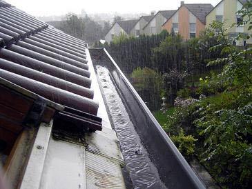 Recolección de agua de lluvia de un tejado.